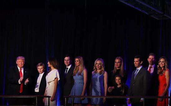 当地时间2016年11月9日,川普当选美国总统并发表获胜演讲,家人上台支持。图/视觉中国