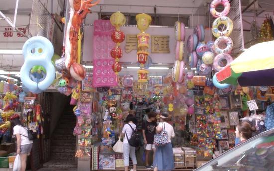 9月13日下午,福荣街多家店铺挂出灯笼销售。