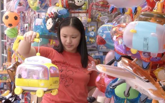 9月13日下午,一位女顾客正在福荣街选购灯笼。
