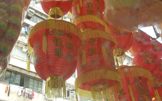 福荣街挂出的经典样式灯笼。