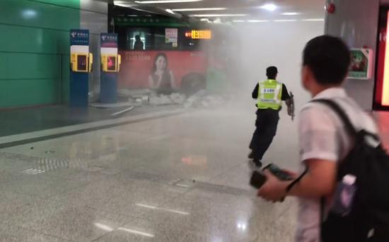 深圳北站公交站层,一辆公交车冲进年夜厅。受访者供图