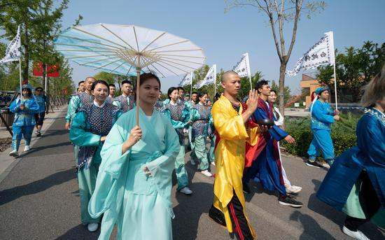 戏直文明巡游举动。拍照/新京报记者 陶冉