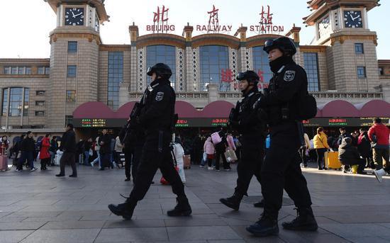 警方在现场巡逻。新京报记者 吴宁 摄
