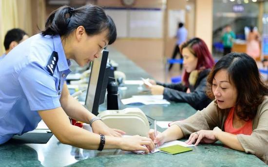 ▲自从2015年9月大陆全面实行电子台胞证后,台湾居民来往大陆更加便利。