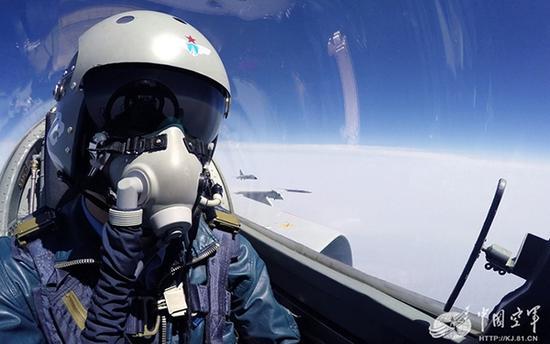 """中国空军""""飞豹""""战机飞行员。对于高空飞行来说,氧气面罩就是生命。"""
