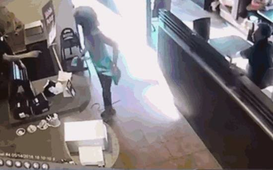 视频:女子餐厅内当众脱裤大便 捡起来愤怒扔向收银