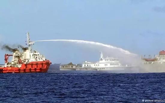 """▲资料图片:2014年6月,多艘越南船只干扰中国""""981""""钻井平台作业,中国执法船对其进行驱离。(美联社)"""