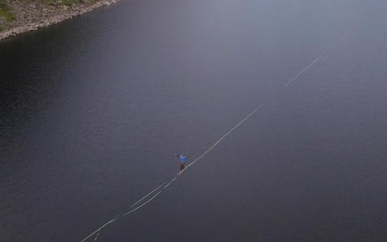 视频|德国男子挪威湖上空挑战2800米走绳索:仅