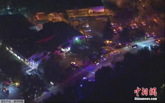 當地時間11月8日,美國加州千橡市一酒吧發生槍擊事件,一名男子在酒吧內開槍,造成多人受傷,其中包括一名警察。據當地媒體報道,目前槍手仍在逃。
