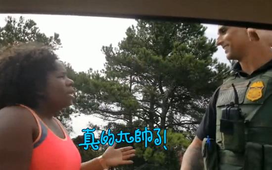 视频:黑人女子花式夸赞警察帅 一分钟都不重样