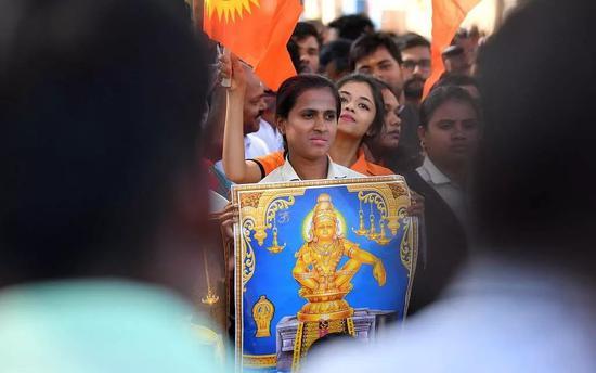 ▲当地时间2019年1月2日,印度高知,民众抗议两名女性进入萨巴里马拉神庙。 图片来源:视觉中国