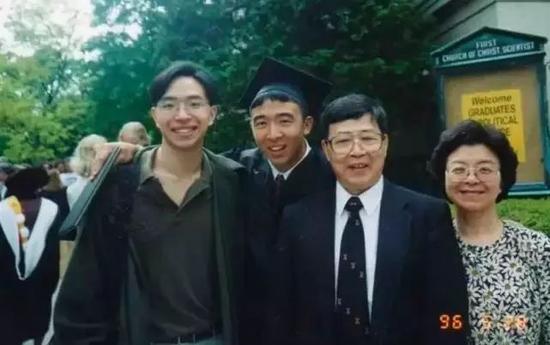 一家四口,左二为杨安泽