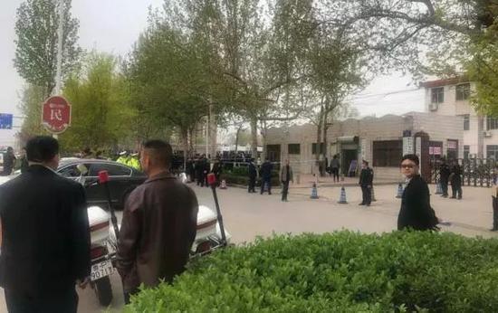 4月12日,吴学占涉黑团伙案开庭当日,现场拉起了警戒线。澎湃新闻记者 谭君 图