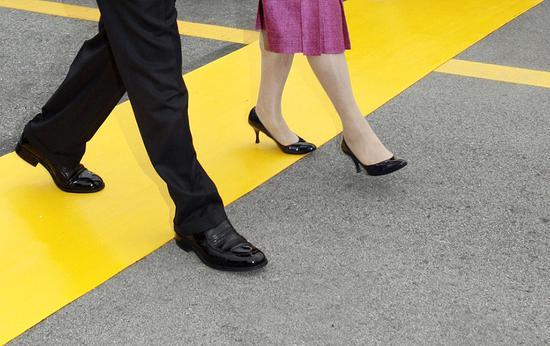 2018-08-16,时任韩国总统卢武铉与夫人,徒步走过军事分界线。