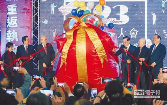 """2017年11月24日,吴敦义与连战等国民党前主席同框,,呼吁国民党全党团结一致,在2018年""""九合一""""选举中取得胜果。(资料图)"""