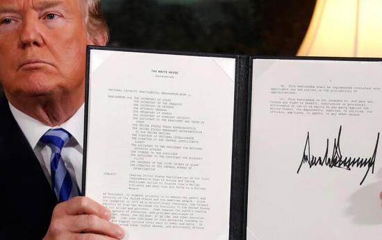 网友质疑特朗普的签名写得太大(资料图)