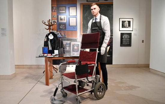 英国佳士得拍卖行11月8日说,著名物理学家斯蒂芬·霍金的轮椅和论文等22件遗物共拍得超过100万英镑(2018年10月30日摄)。东方IC 图
