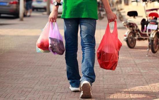全球已有40多个国家和地区禁止一次性塑料袋的使用.  视觉中国 资料图