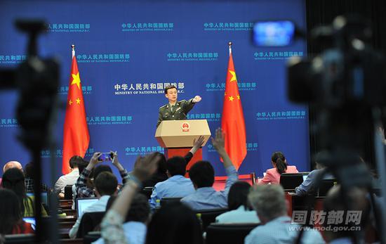 4月26日下午,国防部召开4月例行记者会,国防部新闻局局长、国防部新闻发言人吴谦大校回答记者提问。李爱明 摄