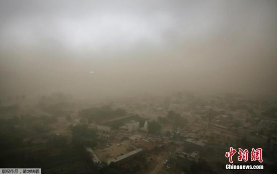 当地时间5月13日,印度新德里再遇沙尘暴天气,当地天气骤变,大风伴随着尘土,接着是降雨,猛烈地冲击着城市。5月,印度多个邦发生沙尘暴、暴风雨或雷雨,造成上百人遇难。