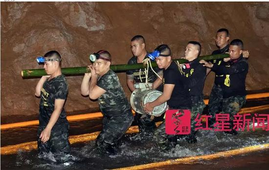 ▲泰国士兵扛着装备进入洞穴 图据《卫报》