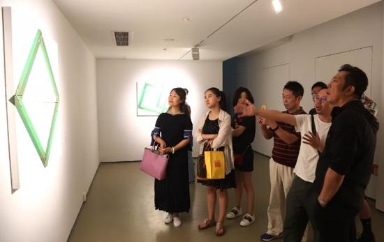 艺术家付帅在作品中运用视觉错觉原理,使观者混淆现实与画面的空间关系,进而发展成为虚拟与现实空间的错位。