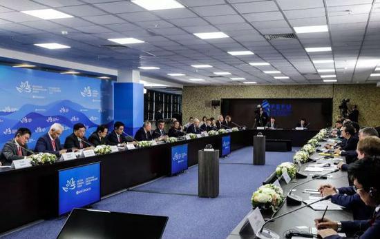 資料圖片:普京11日在遠東經濟論壇企業家圓桌會上向馬雲提問。(企業供圖)