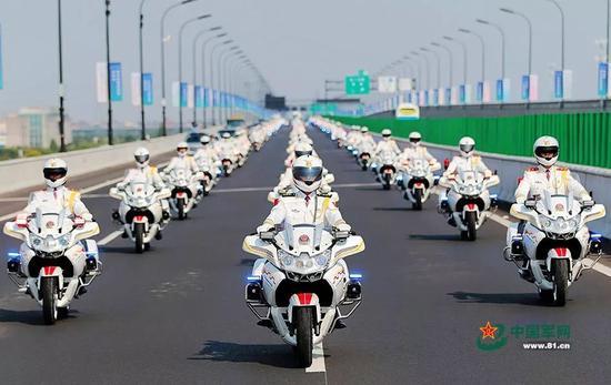▲资料图片:2016年8月31日,第一次跨区执行任务的国宾护卫队员驾驶着摩托车行驶在杭州街头。李光印 摄