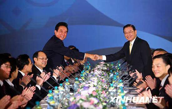 图为陈云林与江丙坤握手。