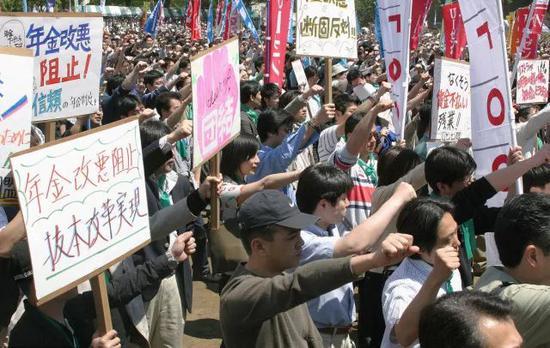 2004年,日本养老金改革提案发布后,超过十万人走上街头游行。图/视觉中国