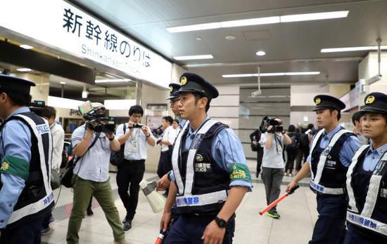 当地时间2018年6月9日,据日本共同社报道,9日晚在日本新横滨站和小田原站之间行驶的东海道新干线列车上发生了一起砍人事件,造成一人死亡,两人重伤。 东方IC 图