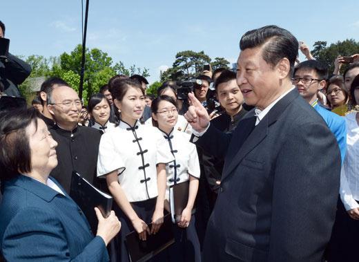 2014年5月4日,中共中心总书记、国度主席、中心军委主席习近平在北京大学观察。这是习近平在校园旁观北大家生怀念五四活动95周年轻春诗会时同朗诵者亲热攀谈。新华社记者马占成摄