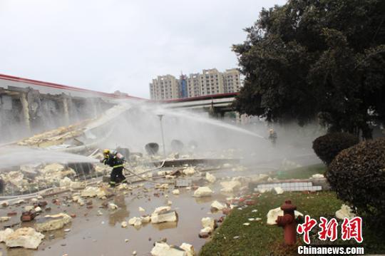 救援人员正在现场用水泄漏的氨气进行稀释。 刘忠俊 摄