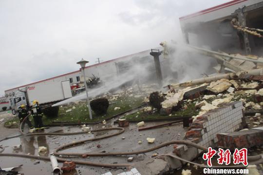 事故现场到处是倒塌的墙体、受损的管道和包装物。 刘忠俊 摄