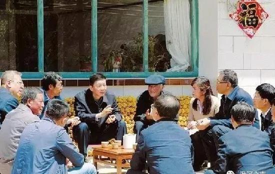 骆惠宁吕梁调研时与村两委干部深入交谈。(图片来源:山西日报)