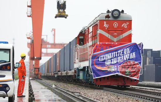 5月31日,武汉,装载10万只小龙虾的汉欧铁路列车出发前往莫斯科。东方IC 图