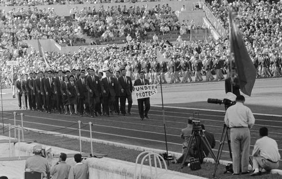 """1960年罗马奥运会,台湾地区的代表团入场时,领队手拿""""抗议中""""的布条。(资料图)"""