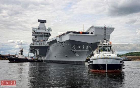"""""""伊麗莎白女王""""號航母從位於蘇格蘭的羅塞斯造船廠港口?航特寫圖。"""