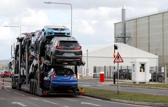 2月19日,日本车企本田宣布将于2021年关闭其位于英国南部斯温登的工厂。图为当天一辆装载本田车的运输车前往斯温登的本田工厂。(法新社)