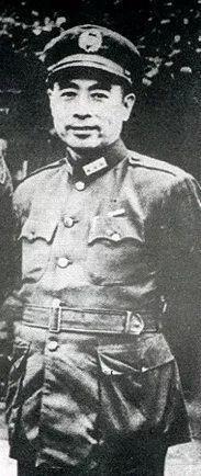 由于张治中的军衔是上将,为体现对等原则,在军调三人小组的正式活动中,周恩来也穿着佩戴上将军衔的军服。