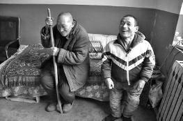 村干部撮合俩单身汉成一家人 互相给与温暖