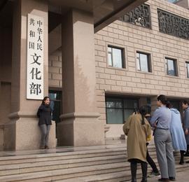 直击国务院机构改革 民众纷纷在即将消失的牌子前合影