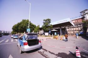 12月19日下午1点,长沙洞井路天然气加气站,几辆出租车被拦在加气站外。图/记者杨旭
