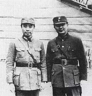 周恩来与政治部另一副部长黄琪翔中将合影