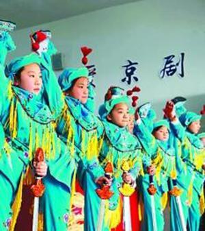 江苏省海安县城东镇西场小学京剧社团的小票友在排练京剧节目《霸王别姬》。徐劲柏 图