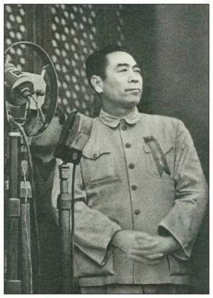1949年10月1日,周恩来同志参加中华人民共和国开国大典。