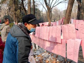 春节临近 上百老人顶寒风为孩征婚