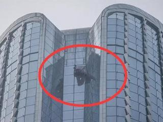 51层玻璃自爆高空坠落 豪车被砸中