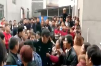 警察抓赌遭暴力抗法:村民扣押警察当人质  要求交