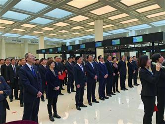 """昨日上午,在沈阳市政务服务中心,300余名公职人员共同发起""""营商环境从我做起""""的倡议。 辽沈晚报、聊沈客户端记者 兰晓玉 摄"""